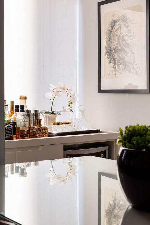 Bar em casa em canto da sala de jantar Projeto de Studio Novak