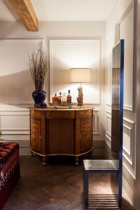 Bar em casa em móvel antigo Projeto de Mauricio Karam