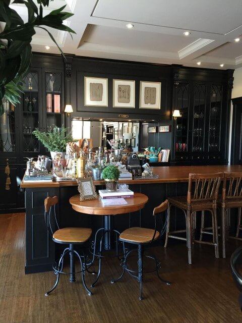 Bar em casa espaçoso Projeto de Fernando Roma