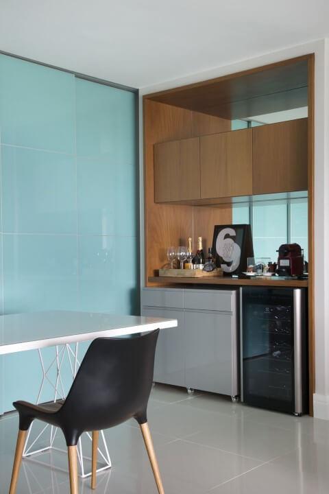 Bar em casa no canto da sala Projeto de Fernanda Azevedo Mancini