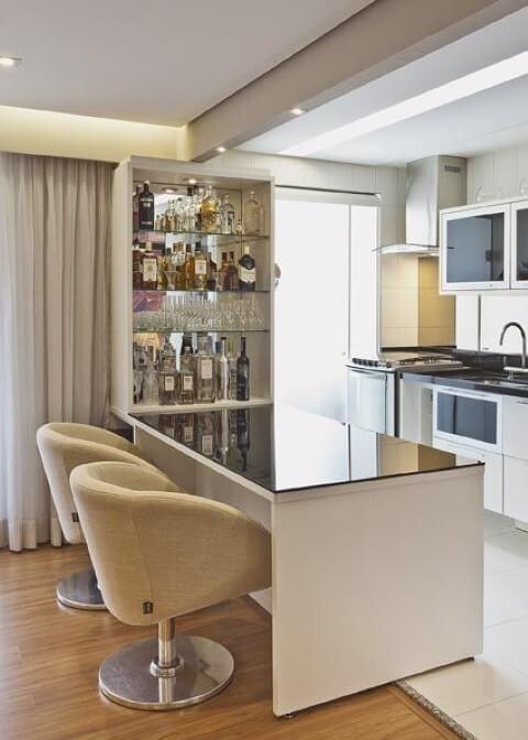 Bar em casa próximo à cozinha Projeto de Renata Tolentino