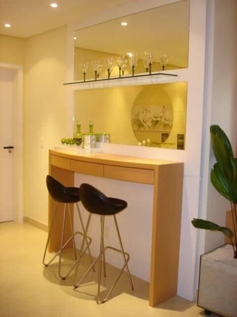Bar em casa simples com bancada e banquetas Projeto de Sueli Porwjan