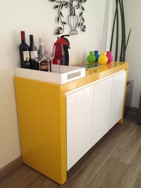 Bar em casa sobre aparador Projeto de Adriana Victorelli