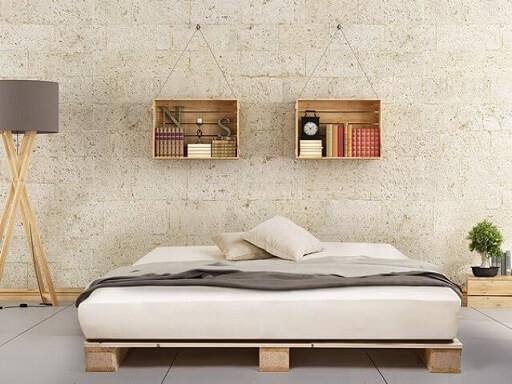 Cama de pallet baixa em quarto com decoração de madeira