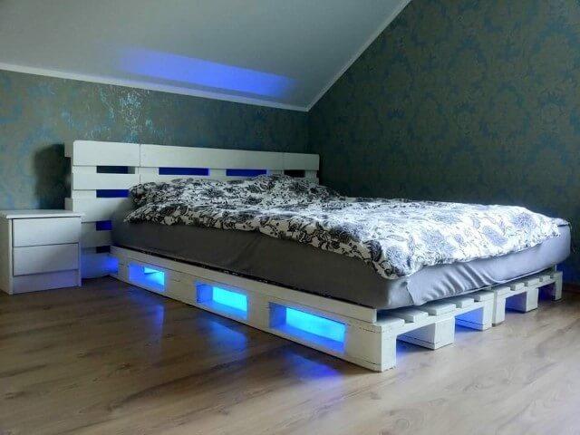 Cama de pallet branca com luz azul