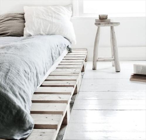 Cama de pallet com banquinho ao lado