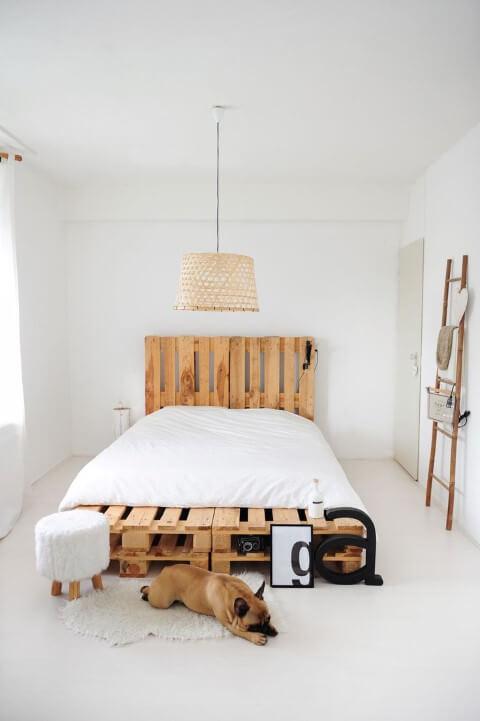 Cama de pallet com cabeceira em quarto minimalista