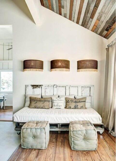Cama de pallet com pintura rústica