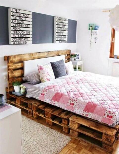Cama de pallet em quarto romântico
