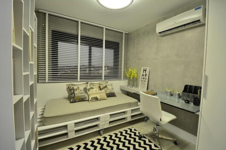 Cama de pallet no quarto com home office Projeto de BG Arquitetura