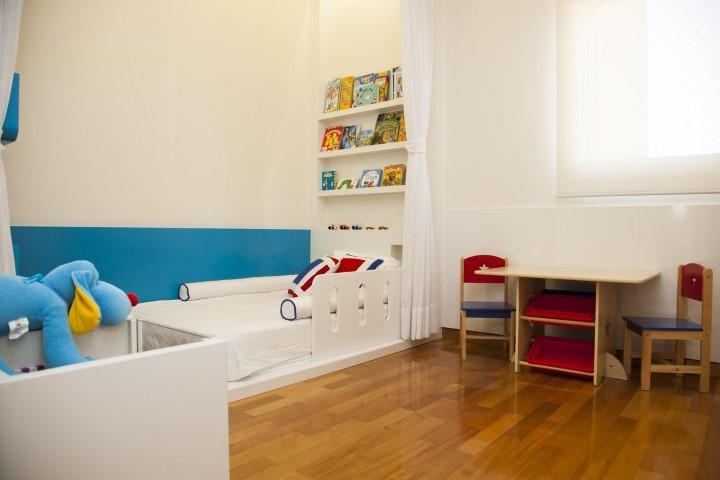 Cama montessoriana branca em quarto colorido Projeto de Tikkanen Arquitetura