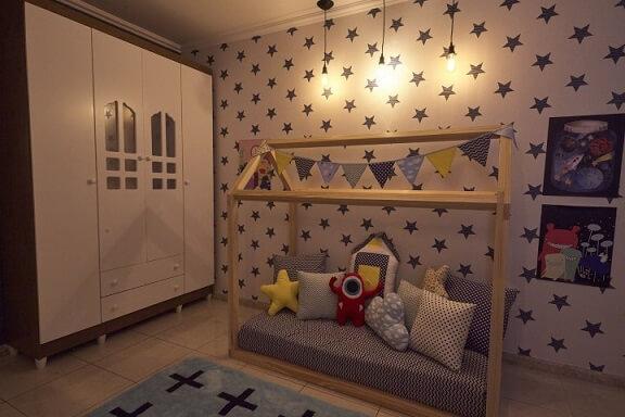 Cama montessoriana em formato de casinha Projeto de Andrea Bento