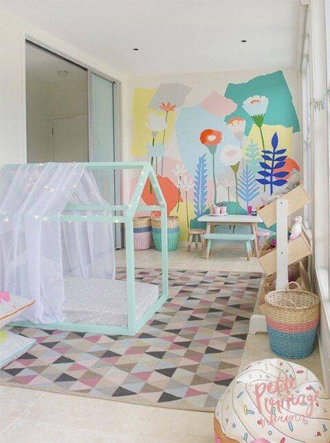 Cama montessoriana em quarto colorido