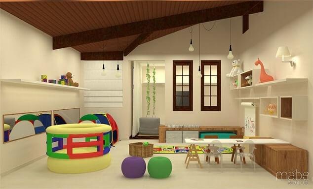 Cama montessoriana em quarto com brinquedos Projeto de Rebeca Bernardes