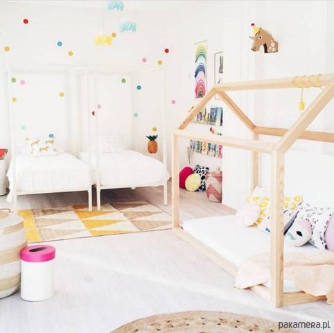Cama montessoriana em quarto com mais duas camas