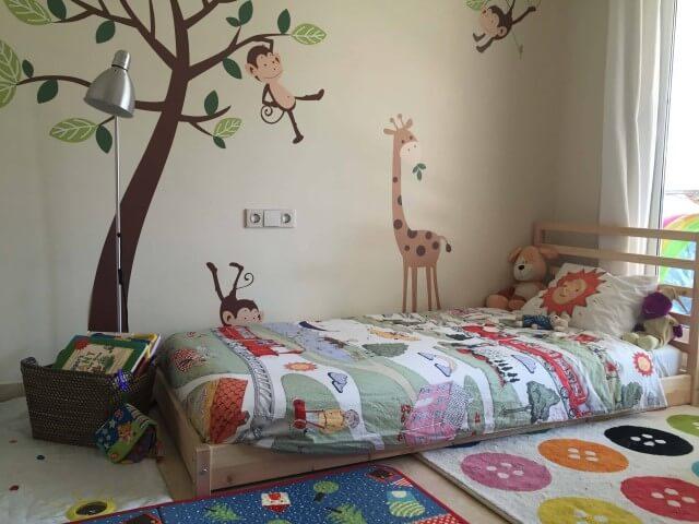 Cama montessoriana em quarto com tema de bichinhos