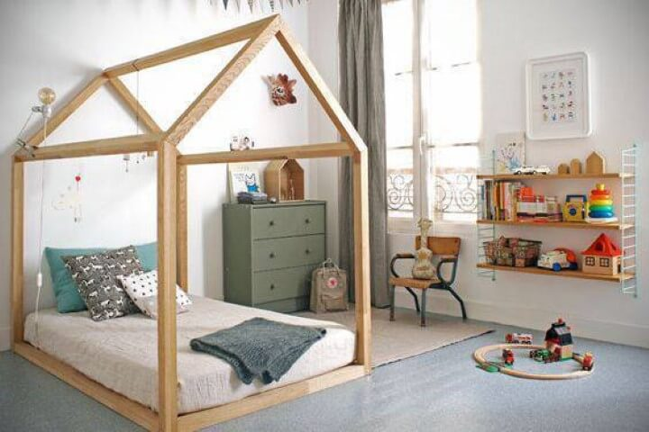 Cama montessoriana em quarto de menino