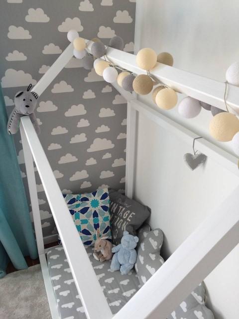 Cama montessoriana em quarto em tons de cinza e branco