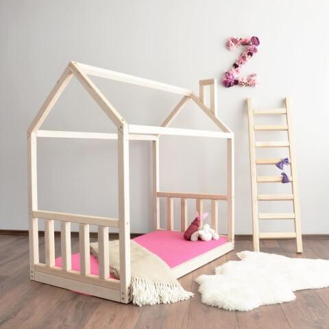Cama montessoriana em quarto feminino minimalista