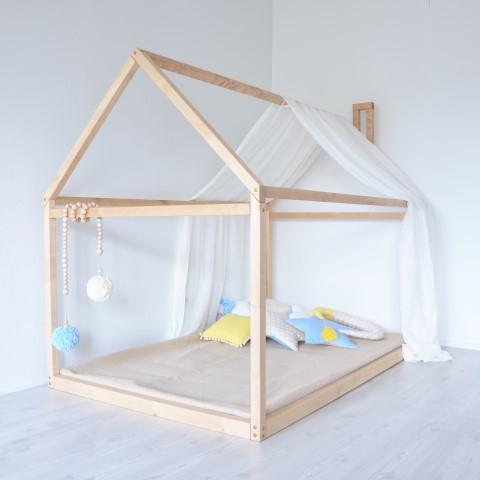 Cama montessoriana em quarto minimalista