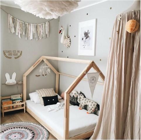 Cama montessoriana em quarto neutro