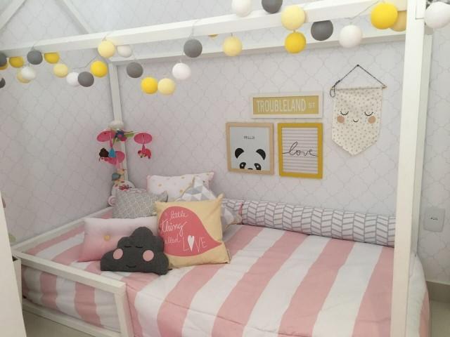 Cama montessoriana em quarto rosa, branco e cinza Projeto de Arq Express