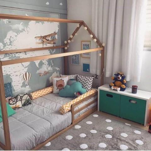 Cama montessoriana em quarto verde e cinza