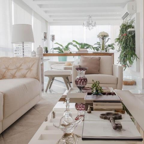 Casa com varanda ampla com sofá e mesa de centro Projeto de Marcia Acaro