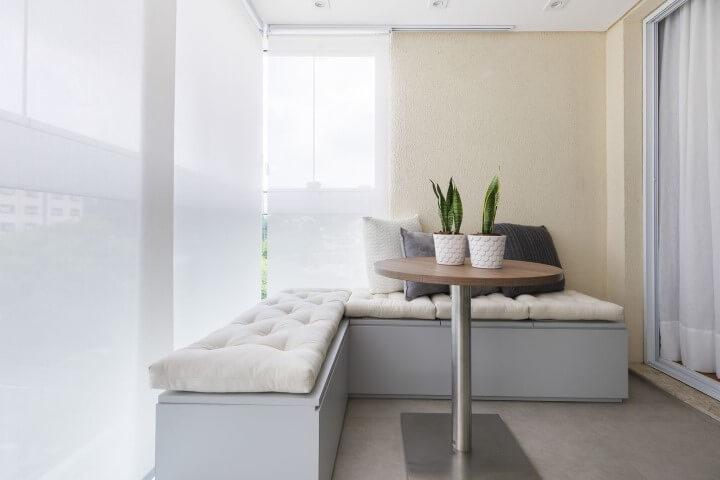 Casa com varanda com baús com futons em cima Projeto de SP Estúdio