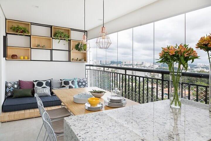 Casa com varanda com futon e mesa Projeto de Doob Arquitetura