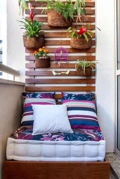 Casa com varanda com jardim vertical Projeto de Milena Aguiar