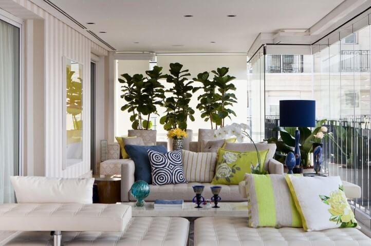 Casa com varanda com móveis brancos Projeto Marilia Veiga