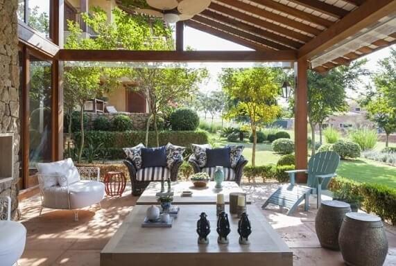 Casa com varanda com móveis de estilos diveros Projeto de Ih Designers