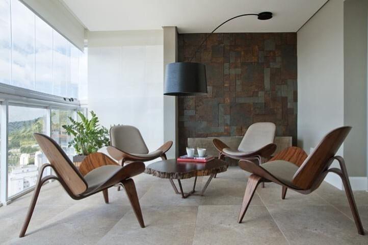 Casa com varanda com móveis de madeira