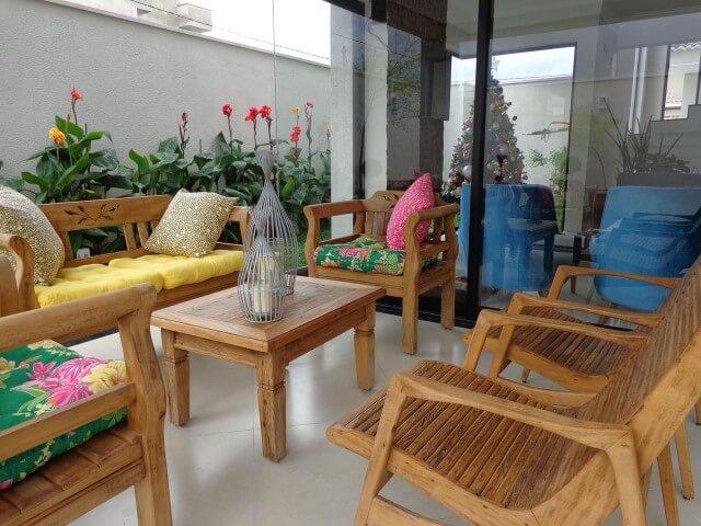 Casa com varanda com móveis rústicos Projeto de Sergio Canineo Arquitetura