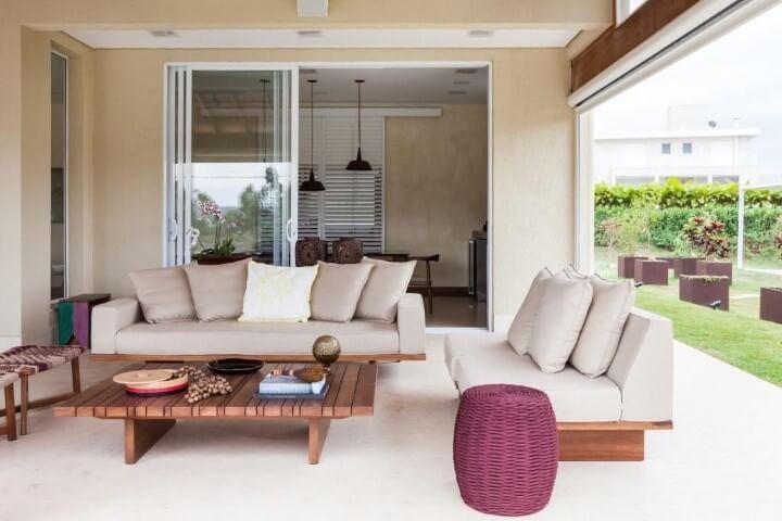 Casa com varanda com mesa de centro de madeira Projeto de Diptico