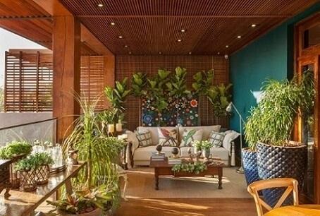 Casa com varanda com painel de muxarabi e parede esmeralda Projeto de Casa Cor Franca 17