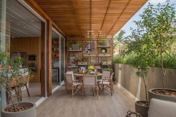 Casa com varanda com pergolado de madeira Projeto de Casa Cor Franca 17