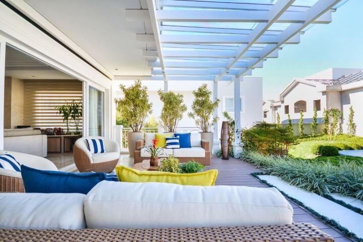 Casa com varanda com poltronas em formato de concha Projeto de Bender Arquitetura