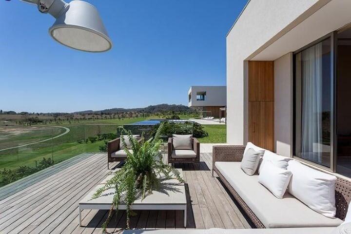 Casa com varanda com samambaia Projeto de Roberto Migotto