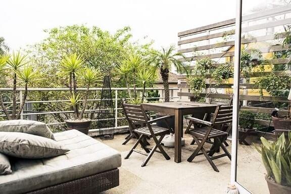 Casa com varanda com sofá, mesas e cadeiras Projeto de Casa Aberta