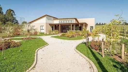 Casa com varanda e jardim frontal Projeto de Juliana Lahoz