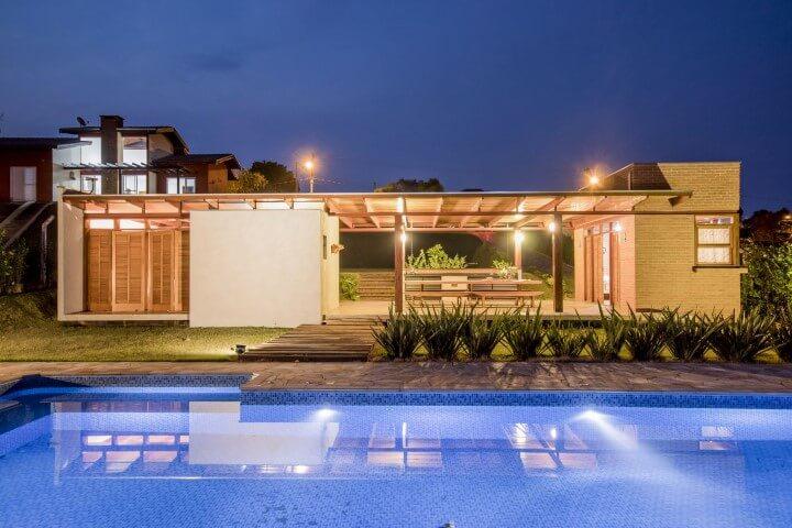 Casa com varanda e piscina Projeto de Carlos Leal