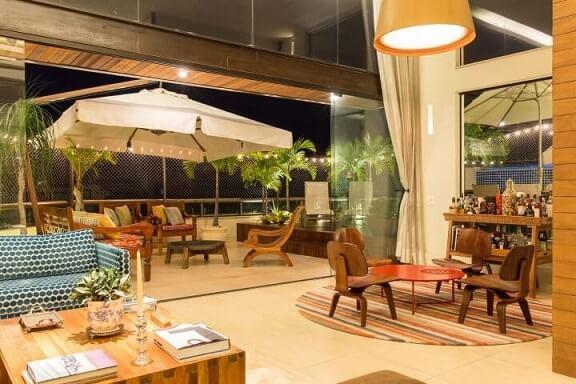 Casa com varanda integrada à sala de estar Projeto de Leo Muricy