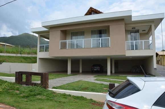 Casa com varanda no piso superior Projeto de Solange Figueiredo