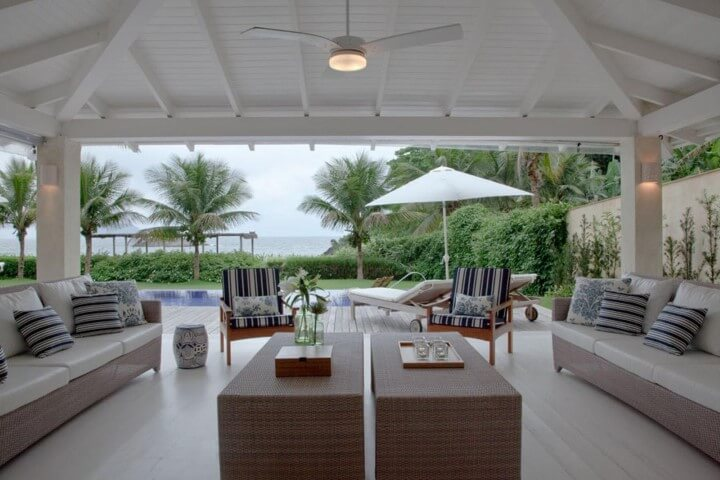 Casa com varanda próxima à piscina Projeto de Fernanda More