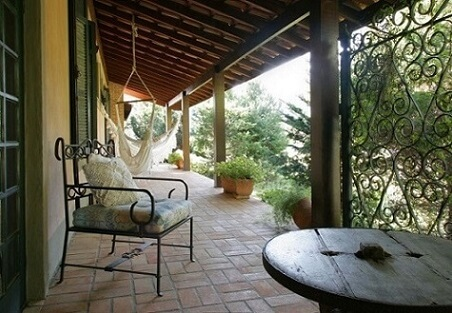 Casa com varanda rústica com redes brancas Projeto de Katia Perrone
