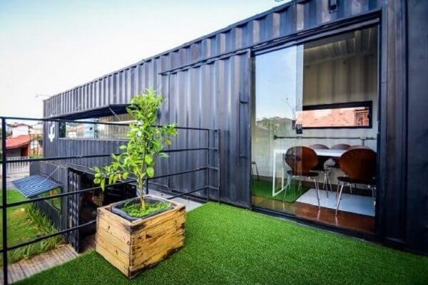 Casa container azul com área externa no segundo andar