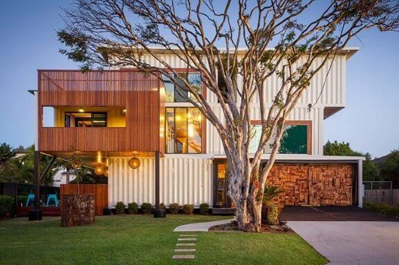 Casa container branca com madeira