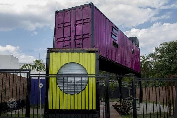 Casa container com cores vibrantes